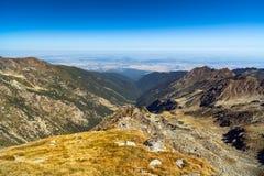 Paesaggio della montagna con cielo blu Immagine Stock