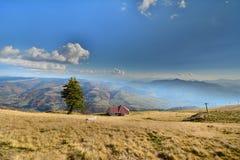 Paesaggio della montagna con cielo blu ed il campo di erba Immagine Stock Libera da Diritti