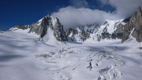 Paesaggio della montagna con gli alti picchi e ghiacciaio nelle alpi francesi Immagini Stock