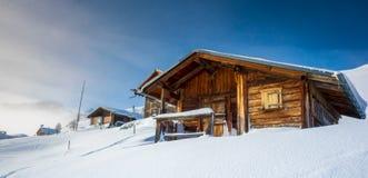 Paesaggio della montagna con i cottage di legno nell'inverno in Svizzera Fotografia Stock