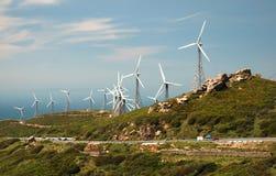 Paesaggio della montagna con i mulini a vento moderni fotografia stock libera da diritti