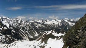Paesaggio della montagna con i picchi nevosi Fotografia Stock Libera da Diritti