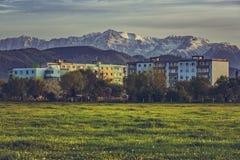 Paesaggio della montagna con il caseggiato Immagine Stock