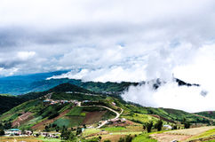 Paesaggio della montagna con il cielo fotografie stock