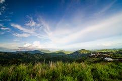 Paesaggio della montagna con il cielo fotografia stock