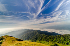 Paesaggio della montagna con il cielo immagini stock