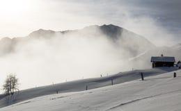 Paesaggio della montagna con il cottage di legno nell'inverno in Svizzera Immagini Stock Libere da Diritti