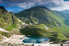 Paesaggio della montagna con il fiume di cristallo. Fotografia Stock Libera da Diritti