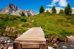 Paesaggio della montagna con il fiume ed il ponte di legno, Alpe Devero,  Fotografia Stock