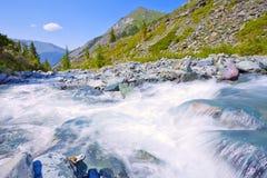 Paesaggio della montagna con il fiume veloce Immagini Stock Libere da Diritti
