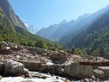 Paesaggio della montagna con il giorno soleggiato fotografia stock libera da diritti