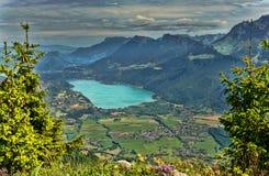 Paesaggio della montagna con il lago Fotografia Stock
