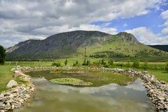 Paesaggio della montagna con il lago artificiale Fotografia Stock Libera da Diritti