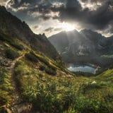 Paesaggio della montagna con il lago mountain; Fotografie Stock