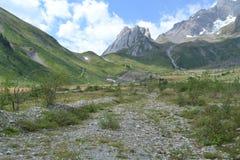 Paesaggio della montagna con il picco e la strada rocciosi Immagini Stock Libere da Diritti