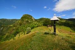 Paesaggio della montagna con il trittico e la casa di campagna Immagine Stock