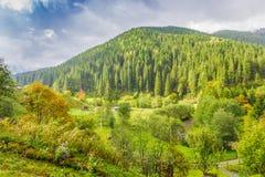 Paesaggio della montagna con l'autunno rurale degli edifici attigui Fotografie Stock
