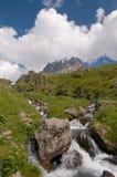 Paesaggio della montagna con la corrente Fotografia Stock Libera da Diritti