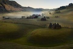 Paesaggio della montagna con la nebbia di mattina ad alba Fotografie Stock Libere da Diritti