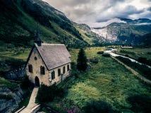 Paesaggio della montagna con la piccola cappella Immagine Stock Libera da Diritti