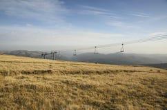 Paesaggio della montagna con la seggiovia Immagini Stock