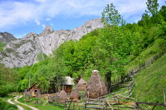 Paesaggio della montagna con la strada, la casa ed il mucchio di fieno Fotografie Stock Libere da Diritti