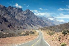 Paesaggio della montagna con la strada sull'avventura di estate fotografia stock