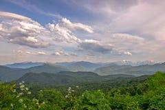 Paesaggio della montagna con la valle verde Immagini Stock