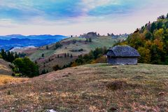 Paesaggio della montagna con la vecchia casa Fotografie Stock