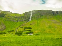 Paesaggio della montagna con le alte cascate di estate Immagini Stock Libere da Diritti