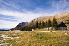 Paesaggio della montagna con le case fotografie stock