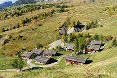 Paesaggio della montagna con le case in alpi Immagini Stock Libere da Diritti
