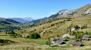 Paesaggio della montagna con le case in alpi francesi Immagine Stock