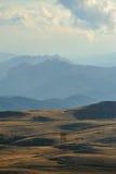 Paesaggio della montagna con le colline nella priorità bassa Fotografie Stock Libere da Diritti