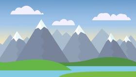 Paesaggio della montagna con le colline verdi sotto cielo blu Immagine Stock