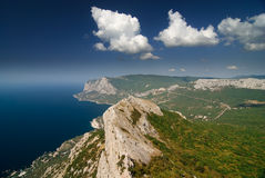 Paesaggio della montagna con le nubi ed il mare Fotografia Stock Libera da Diritti