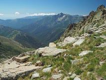 Paesaggio della montagna con le nuvole bianche dell'erba e del cielo blu e fotografie stock libere da diritti