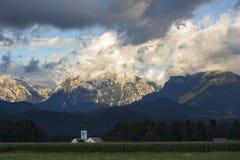 Paesaggio della montagna con le nuvole drammatiche Fotografia Stock Libera da Diritti