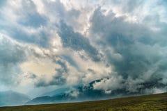 Paesaggio della montagna con le nuvole qui sopra Fotografia Stock Libera da Diritti