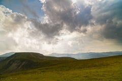 Paesaggio della montagna con le nuvole qui sopra Fotografie Stock Libere da Diritti