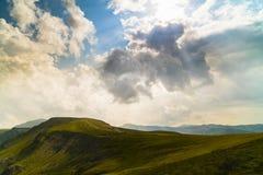 Paesaggio della montagna con le nuvole qui sopra Immagini Stock