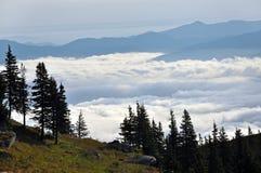 Paesaggio della montagna con le nuvole qui sopra. Montagne di Ceahlau, Romania Fotografia Stock