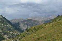 Paesaggio della montagna con le rocce e le nuvole scure Fotografia Stock Libera da Diritti