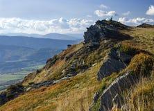 Paesaggio della montagna con le rocce nella priorità alta Fotografia Stock