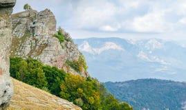 Paesaggio della montagna con le rocce stagionate su una priorità alta fotografia stock