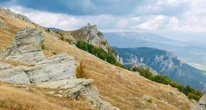 Paesaggio della montagna con le rocce stagionate su una priorità alta Fotografia Stock Libera da Diritti
