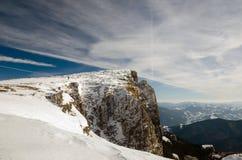 Paesaggio della montagna con neve e cielo blu Immagini Stock Libere da Diritti