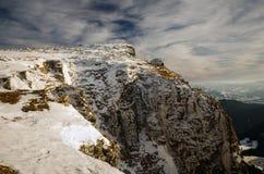 Paesaggio della montagna con neve e cielo blu Immagini Stock