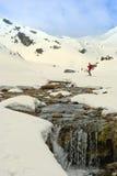 Paesaggio della montagna con neve ed il fiume. Fotografie Stock Libere da Diritti