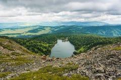 Paesaggio della montagna con un occhio del ` s dell'uccello immagine stock